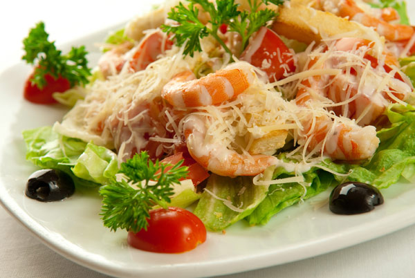 salat-cezar-s-zharenymi-krevetkami
