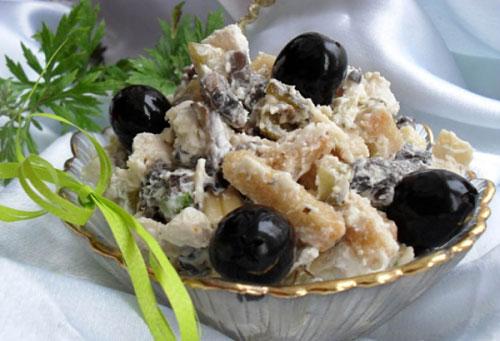 salat-s-kuricej-marinovannymi-shampinonami-i-syrom-chudo