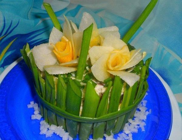 salat-buket-narcissov-na-8-marta-s-gribami