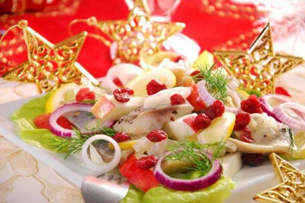 salat-iz-seldi-s-yablokami-i-krasnym-lukom-skandinavskij