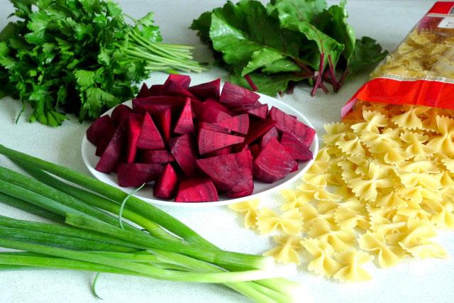 salat-iz-svekly-i-makaron-pod-zelenym-sousom-sinora-makarona-2