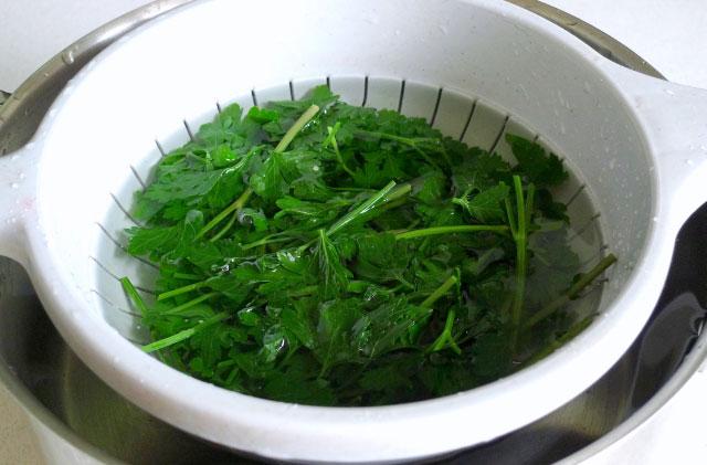 salat-iz-svekly-i-makaron-pod-zelenym-sousom-sinora-makarona-5