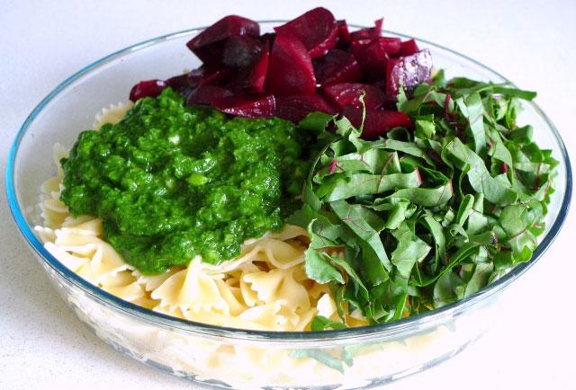 salat-iz-svekly-i-makaron-pod-zelenym-sousom-sinora-makarona-7