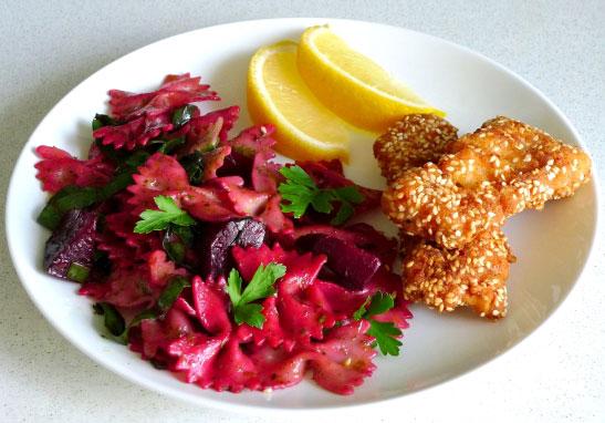 salat-iz-svekly-i-makaron-pod-zelenym-sousom-sinora-makarona-8