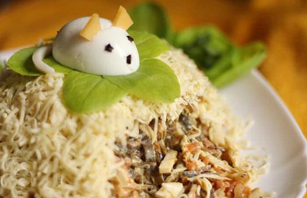 salat-v-god-myshi-krysy-2020-s-kuricej-i-gribami