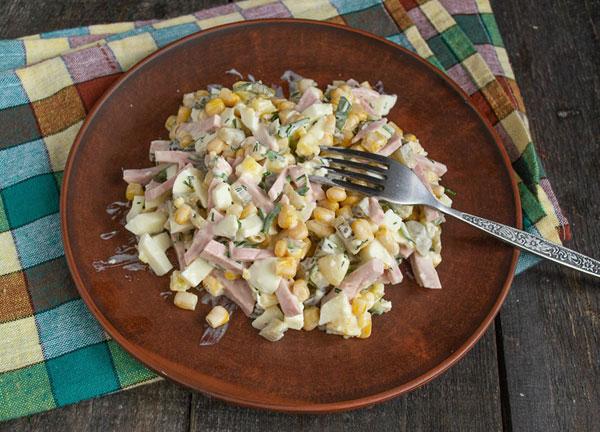 salat-myshinyj-korol-s-kolbasoj-i-kukuruzoj